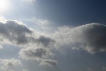 青空と雲「空想・雲のモンスターたち(白と灰色のモンスターのイメージなど)」ご対面、母子と父親、どこに行きたい?、対峙、落ち合うなどのイメージ