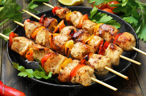 Pinturas sobre lienzo  Barbecue, chicken kebab with vegetables