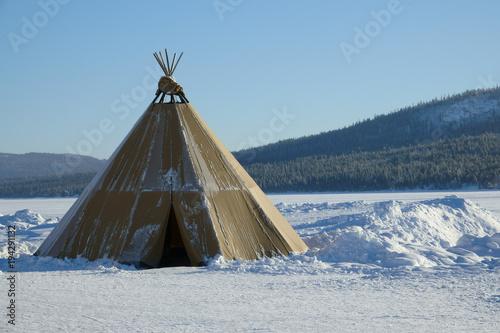 Foto Winter polar landscape with eskimo tent.