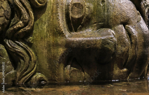 Photo  Medusa head in the Basilica Cisterna in Istanbul, Turkey.