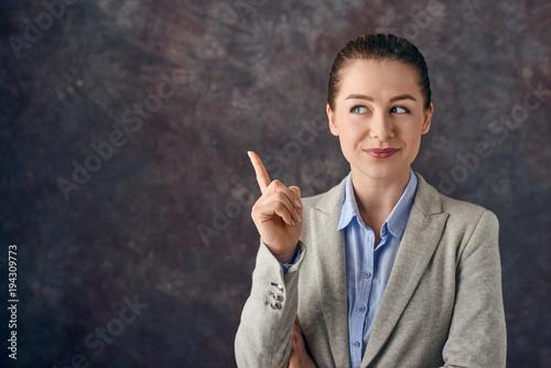 Fotografie, Obraz  Hübsche junge Frau macht eine Geste mit dem Finger