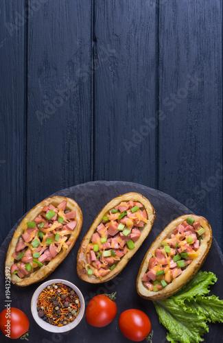 Plakat Pieczona ziemniak z kiełbasą