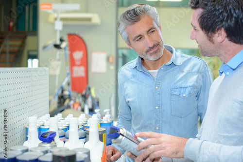Photo men with aerosol
