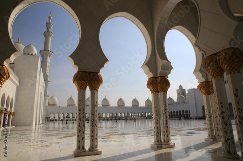 Fotobehang Midden Oosten Mosquée Sheikh Zayed. 1995. Abou Dhabi. / Arches surrounding central courtyard. Sheikh Zayed Mosque. 1995. Emirate of Abu Dhabi..