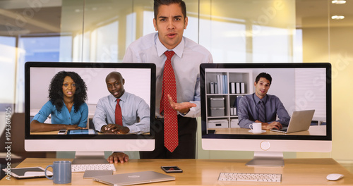 Photo  Business man giving bunny ear to colleague on computer screen making faces and acting funny