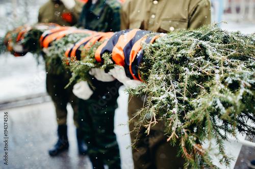 Fotografía  Soldiers carry a wreath of pine needles to eternal fire, World War II victory da