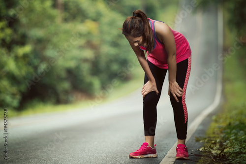 Foto  Women are tired From jogging on a steep slope
