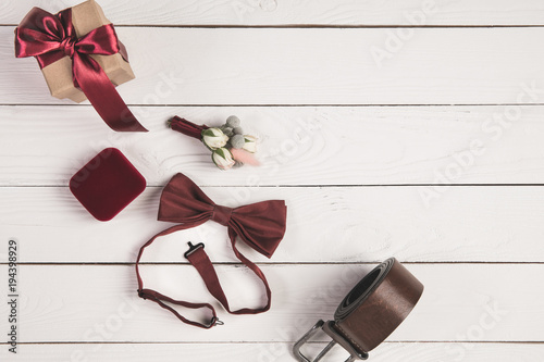 Photographie top view of wedding rings, corsage and jewelry box isolated on white