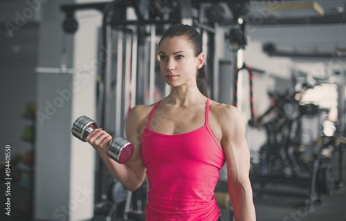 Fotomural Strong bodybuilder biceps workout with dumbbell in gym