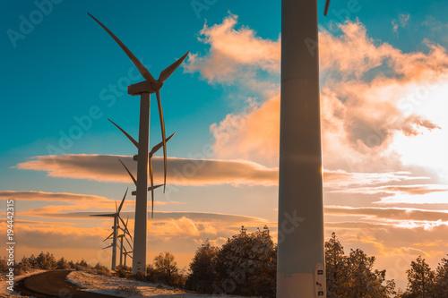 Zdjęcie XXL Wiatrowy park Sierra De Perdon przy zmierzchem, Navarra, Hiszpania
