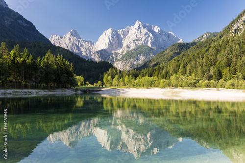 Tuinposter Bergen Slovenia, Gorenjska Region, Kranjska Gora. Lake Jasna and the mountains Prisank and Razor.