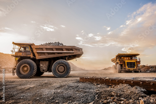 Foto Mining dump trucks transporting Platinum ore for processing