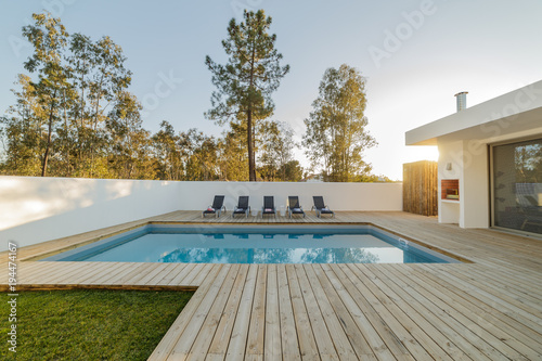 Photo  Modern house with garden swimming pool and wooden deck
