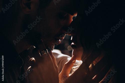 Fotografia  Evening photo session of a beautiful young couple.