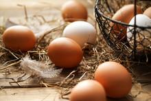 Frische Braune Und Weiße Eier...