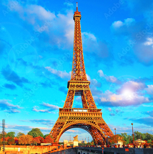 Photo Stands Paris Eiffel Tower, bridge with sculpture on River Seine in Paris, France