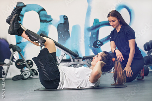 Photo Disabled woman exercising with personal trainer