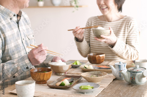 Photo 朝食を食べるシニア夫婦