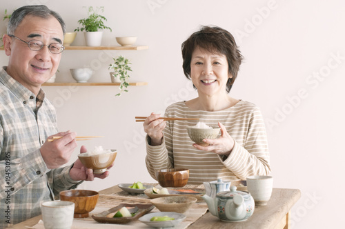 Fotografía 朝食を食べるシニア夫婦