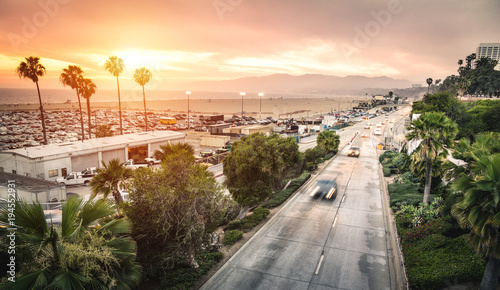 Photo  Aerial panoramic view of Ocean Ave freeway in Santa Monica beach at sunset - Cit
