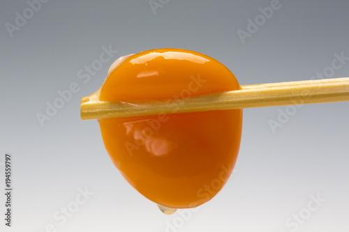 Fotografia 新鮮タマゴの黄身を摘む