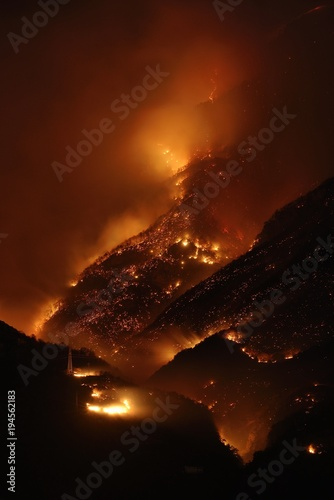 Photo Night photography of a fire apocalypse in a mountain forest