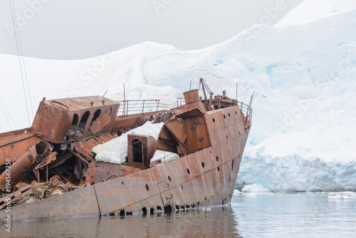 Spoed Foto op Canvas Schipbreuk Old rusty wreck in Antarctic sea