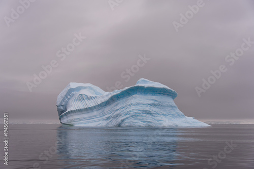 mata magnetyczna Iceberg in Antarctic sea