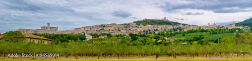 Photo Panoramic view of the ancient town of Assisi with dramatic cloudscape and golden