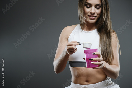 Fotografia  girl with supplement whey protein shake powder