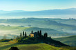 Morgenstimmung in der Toskana, Rollende Hügel mit Nebel, Morgenlicht, Val d'Orcia, Toskana, Italien
