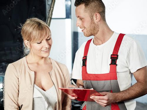 Photo Mechaniker und Kundin in der Werkstatt