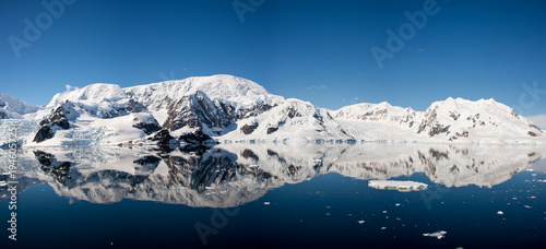 Photo sur Aluminium Antarctique Antarctic seascape with reflection