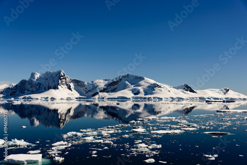 Foto op Aluminium Antarctica Antarctic seascape with reflection