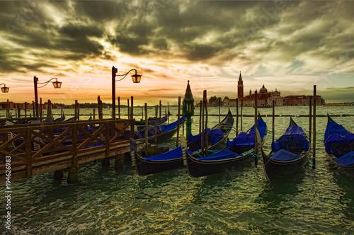 Spoed Foto op Canvas Gondolas dramatic view of Venice city gondola at sunset
