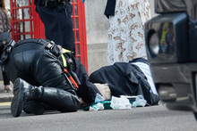 The Policeman Of London Saves The Life Of An Elderly Man Who Was Hit By A Motorcycle