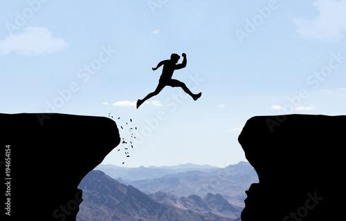 Canvastavla Mann springt über Abgrund.