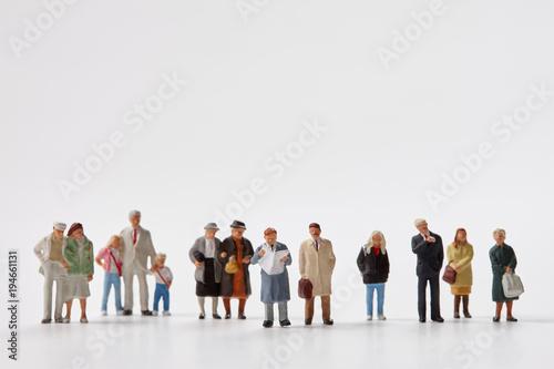 Fotografie, Obraz  一列に並んだミニチュア人形