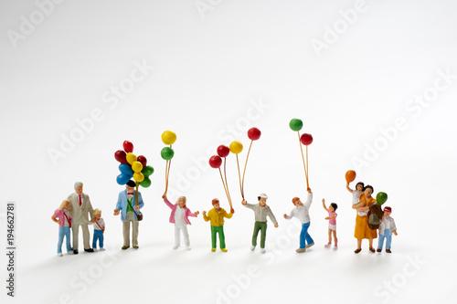 風船を持つミニチュア人形