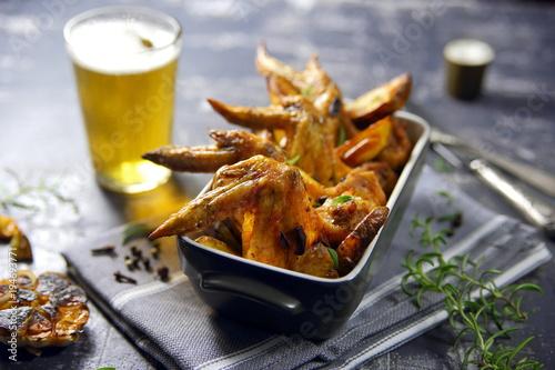 Plakat skrzydełka z kurczaka z ziemniakiem i piwem