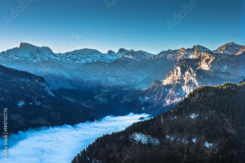Fototapeta Sonnenaufgang im Bergtal mit Nebel obraz na płótnie