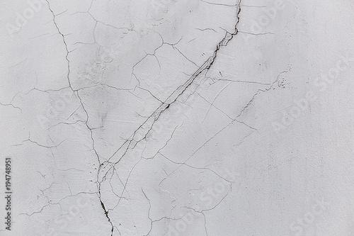 betonowa-sciana-w-peknieciach