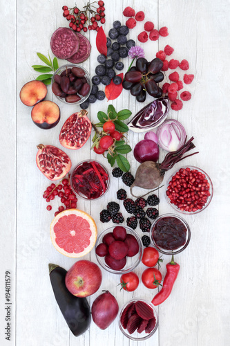 Papiers peints Assortiment Healthy food with super health promoting properties with fruit and vegetables high in anthocyanins, minerals, antioxidants and vitamins. Foods in purple, red and blue colours denotes anthocyanin.