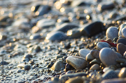 Pinturas sobre lienzo  pebble stones on the sea beach, the rolling waves of the sea with foam