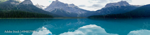 Foto op Canvas Groen blauw Panorama der Bergkette am Emerald Lake