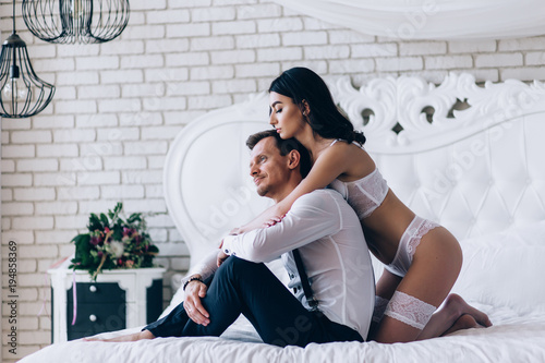 Fotografia  Beautiful photo session of the newlyweds in the bedroom.