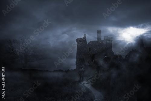 Fotografia  Wächter nachts vor Mittelalter Burg