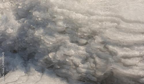 Photo  Textur aus mehreren Schichten gefrorenen Wassers als dicke Eisschicht