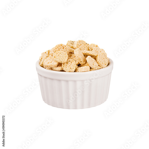 Fotografía  Beige sliced wheat bread as croutons in white ceramics bowl isolated on white background