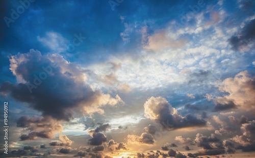 Plakat Jaskrawy piękny zmierzchu nieba tło